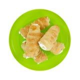 Corni crema su un piatto verde Fotografie Stock Libere da Diritti