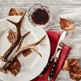 Corni dei cervi sul piatto servito con vino Fotografia Stock Libera da Diritti
