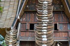 Corni della Buffalo alle case tradizionali in Tana Toraja, Sulawesi Immagine Stock