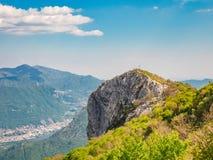 Corni di Canzo und Stadt von Lecco im Hintergrund stockfotos