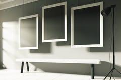 Cornice in bianco tre in una galleria soleggiata illustrazione di stock