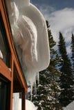 Cornice de suspensão da neve no telhado Imagens de Stock Royalty Free
