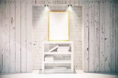 Cornice e scaffale per libri nell'interno di legno leggero Fotografia Stock Libera da Diritti