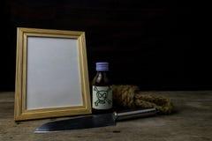 Cornice e veleno e coltello fotografia stock