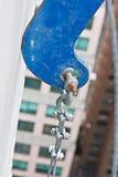 Cornice le crochet s'arrêtant sur le mur de parapet. Photo libre de droits