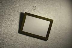 Cornice storta sulla parete Fotografie Stock