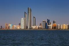 Corniche路的地平线视图西部如被看见从小游艇船坞购物中心,阿布扎比,阿拉伯联合酋长国 库存照片
