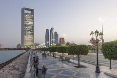 Corniche in Abu Dhabi an der Dämmerung Lizenzfreie Stockbilder