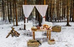 Corniche avec les rideaux blancs, caisses en bois avec le foin, bois de pin photos stock