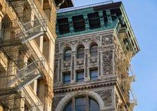 Corniche d'ornement architectural et d'en cuivre, façade de construction, Soho image libre de droits