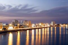 Corniche in Ras al Khaimah al crepuscolo Immagine Stock