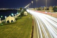Corniche-Straße nachts in Abu Dhabi Lizenzfreies Stockfoto