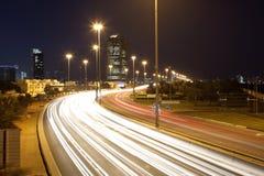 Corniche-Straße nachts in Abu Dhabi Stockfoto