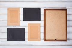 cornici dei colori differenti e del fondo di legno Fotografia Stock Libera da Diritti