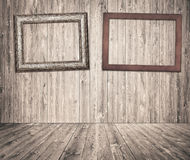 Cornici di legno che appendono sulla parete grigia delle plance Immagini Stock Libere da Diritti