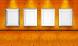 Cornici vuote nella stanza di legno della galleria di arte fotografia stock libera da diritti