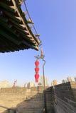 Cornicioni antichi con le lanterne rosse sul muro di cinta di xian Immagini Stock Libere da Diritti