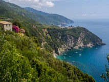 Corniglia镇一座山的在海洋上 免版税库存照片