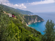 Corniglia镇一座山的在海洋上 图库摄影