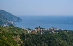 Corniglia镇一座山的在海洋上 库存图片