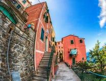 Corniglia Cinque Terre, Italien - tillbaka Lane fotografering för bildbyråer