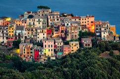 Corniglia (Cinque Terre Italy) på skymning royaltyfria foton