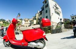 CORNIGLIA, ITÁLIA - 14 DE ABRIL: Vespa vermelho do vintage nas ruas da cidade Imagem de Stock Royalty Free
