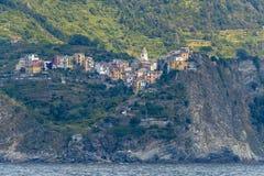 Corniglia, wie von der Seeseite gesehen stockfotos
