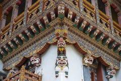 Cornija de cinzeladura de madeira butanesa do monastério, leões da neve, Butão fotos de stock royalty free
