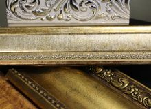 Cornijas bonitas magníficas para elementos decorativos interiores imagens de stock