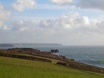 Cornish kustlinje nära Porthleven Arkivbilder