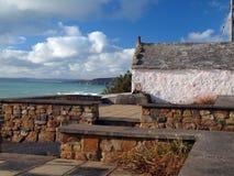 Cornish stuga med en sikt Arkivbilder