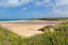Cornisk kust England UK för norr Harlyn för sandig strand Cornwall för sandig strand cornisk fjärd nära Padstow och Newquay Royaltyfria Foton