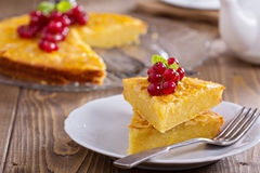 Cornmeal κέικ με τα μούρα Στοκ Εικόνες