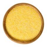Cornmeal μέσο στο ξύλινο κύπελλο πέρα από το λευκό στοκ φωτογραφία με δικαίωμα ελεύθερης χρήσης