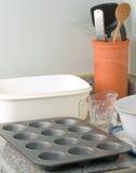 cornmeal που κατασκευάζει muffins ατόμων Στοκ Φωτογραφίες