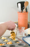 cornmeal που κατασκευάζει muffins ατόμων Στοκ φωτογραφίες με δικαίωμα ελεύθερης χρήσης