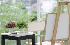 Cornner d'art avec la couleur et la palette au salon avec le pl frais photos stock
