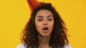 Corno di salto del partito della ragazza felice, celebrante compleanno, isolato su fondo video d archivio