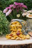 Corns шелушатся на деревянной плите Стоковое Изображение