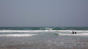 Cornualha com os povos que têm o divertimento nas ondas e no mar filme