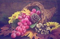 Cornucopia de la acción de gracias en el fondo de madera Foto de archivo libre de regalías