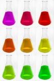 Cornues en verre chimiques avec le liquide coloré Image libre de droits