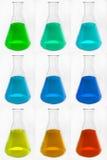 Cornues en verre chimiques avec le liquide coloré Images stock