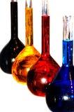 Cornues en verre liquides de chimie colorée d'isolement Images stock