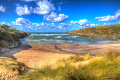 Cornwall Engeland het UK van de Porthcothanbaai de het noordenkust Van Cornwall tussen Newquay en Padstow in kleurrijk HDR Stock Foto