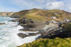 Cornwall sunie wioski Trebarwith pasemka Anglia UK nabrzeżną wioskę między Tintagel i port Isaac macha rozbijać na skałach obrazy stock