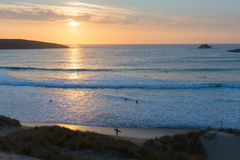 Cornwall zonsondergangsurfers die Crantock-baai en strand Noord-Cornwall Engeland het UK surfen dichtbij Newquay Royalty-vrije Stock Foto's