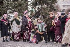 Coro delle donne anziane che cantano nel parco al carnevale Fotografia Stock Libera da Diritti
