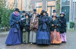 Coro dos atores vestidos que cantam dentro do festival de Dickens fotos de stock royalty free